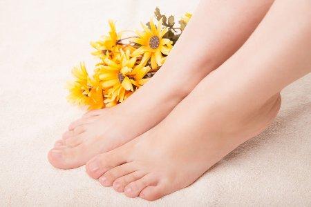 ноги рядом с цветами