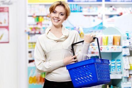 женщина с корзинкой для покупок