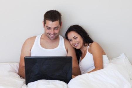 счастливая пара за ноутбуком
