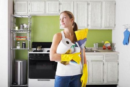 женщина за работой по дому